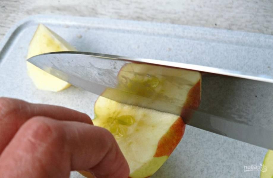2.Разрежьте каждое яблоко пополам, затем аккуратно нарежьте кусочками небольшого размера.