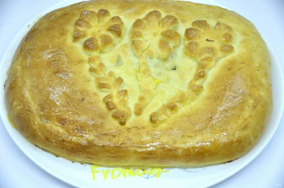 Готовый пирог переложите на блюдо, можно смазать кусочком сливочного масла.