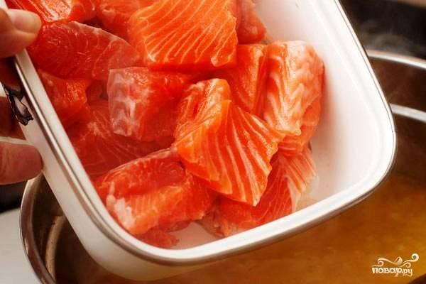 Сразу после этого добавляем в кастрюлю вымытое и нарезанное кубиками (чуть крупнее, чем картофель) рыбное филе.