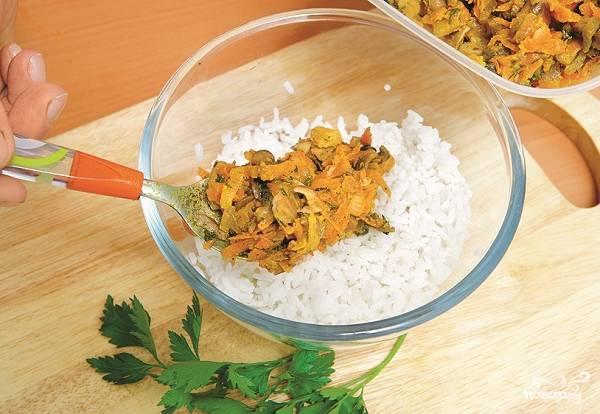 3. В глубокой мисочке соедините отваренный рис с обжаренными грибами. По желанию дополнительно подсолите и добавьте специи. Все как следует перемешайте.