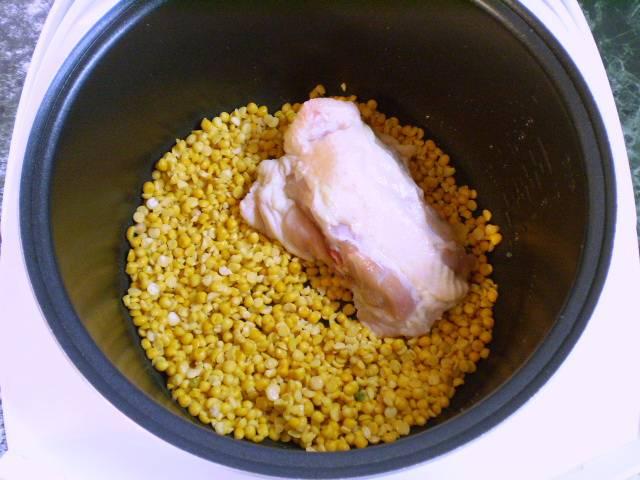 """3. Кладем горох, часть курицы, соль, добавляем воду и варим в режиме """"Суп"""" 1 час."""