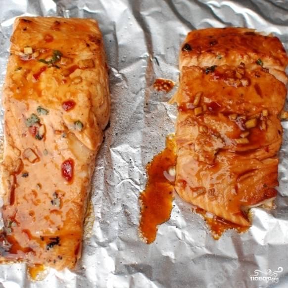 Готовую рыбу достаем из духовки, слегка остужаем.