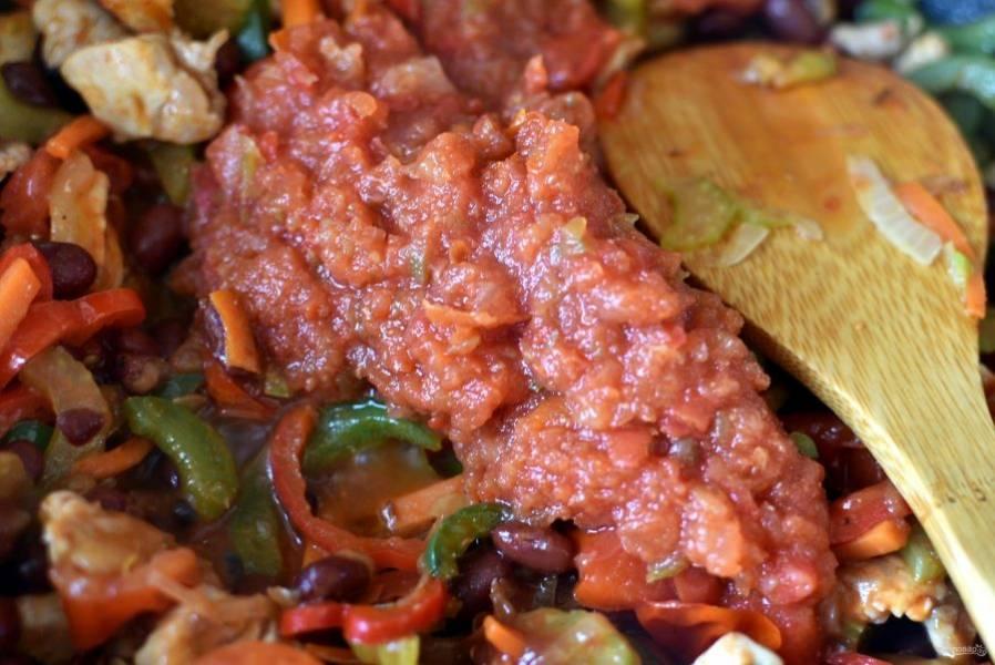 Добавьте измельченные помидоры и тушите минут 10. Посыпьте пряностями, посолите по вкусу, перемешайте, накройте крышкой и дайте настояться без нагрева минут 15.