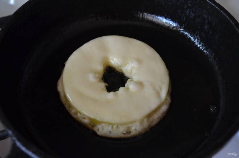 Разогрейте небольшое количество масла на сковороде, обжаривайте оладушки с двух сторон до красивой румяной корочки.