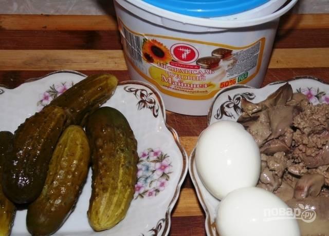 Печень и яйца отварите до готовности, а потом остудите продукты.