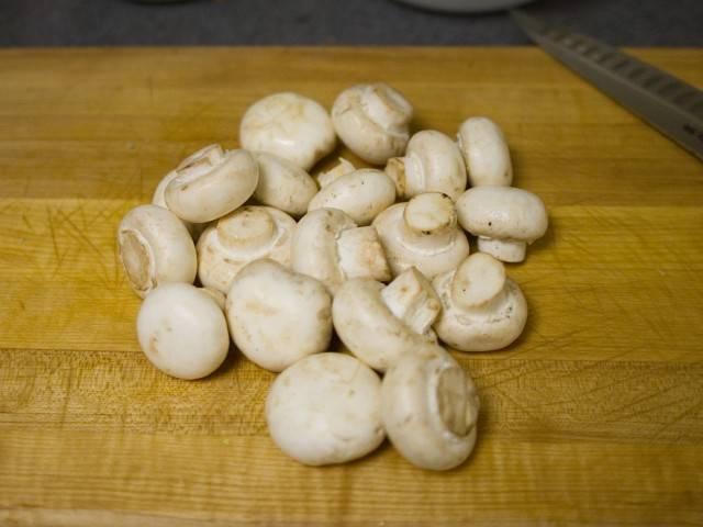 Ингредиенты для заключительной части рецепта: от 12 до 16 унций (340 до 450 г) шампиньонов, 1 / 4 чайной ложки (0,4 г) сушеного молотого эстрагона, 1 / 2 чашки (120 мл) жирных сливок. Лимонный сок, соль, перец, который будет использоваться для приправ.  Промойте грибы.