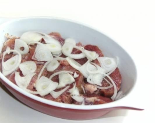Чистим лук, нарезаем его кольцами или полукольцами, как вам нравится. Выкладываем лук поверх мяса.