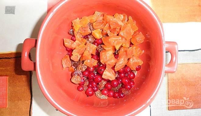Сухофрукты замочите на 15 минут. Затем нарежьте их, и смешайте с ягодами.
