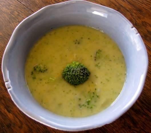 7. Прогрейте и выключите суп. Добавьте тертый сыр, перемешайте. Затем посолите, поперчите и еще раз перемешайте. Суп с брокколи и сыром готов! Приятного аппетита!