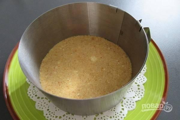 4.Столовой ложкой утрамбуйте масляную крошку так, чтобы получился равномерный слой.