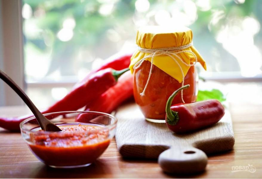 3.Переложите смесь в кастрюлю, после закипания уменьшите огонь и варите 30 минут, добавьте уксус, оливковое масло и соль. Остудите аджику и перелейте в банку, храните в холодильнике или в погребе.