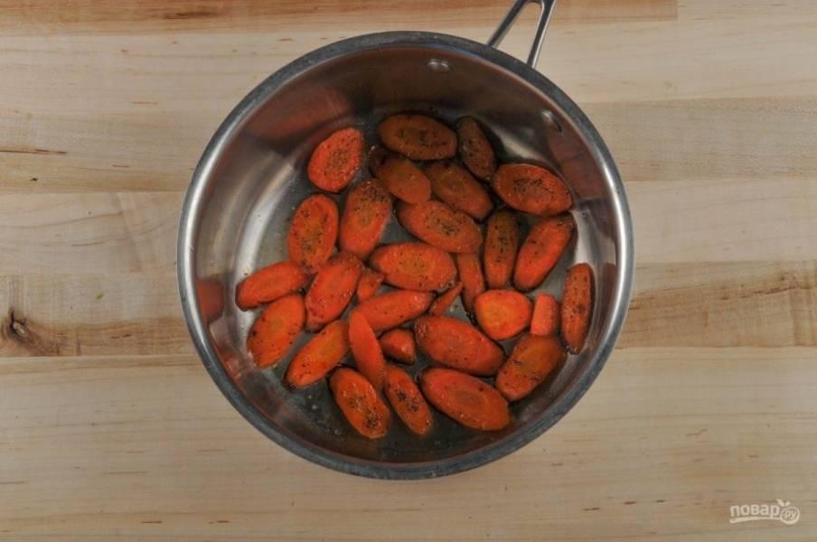 4. Теперь займитесь морковью. Выложите её в сотейник вместе с сахаром, сливочным маслом, солью, перцем и влейте воду (100 мл). Доведите смесь до кипения и варите 7 минут. Затем сделайте огонь тише и дайте моркови заглазироваться в течение 6 минут.