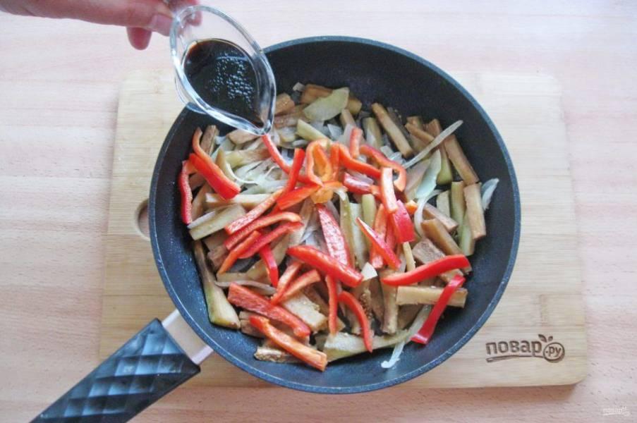 Налейте соевый соус и продолжайте жарить овощи еще 5-6 минут до готовности.