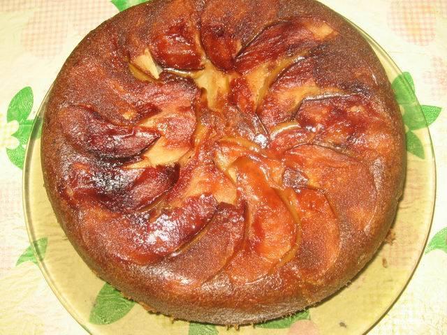 """Готовое замешенное тесто равномерно выложите поверх яблок. В мультиварке включите режим """"Выпечка"""" на 65 минут."""