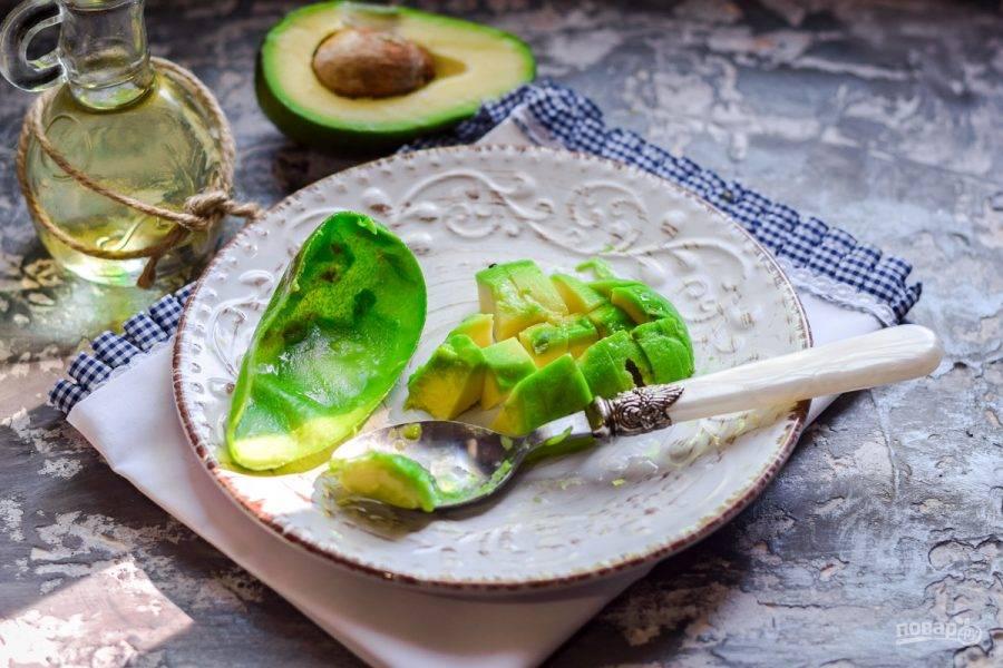 Авокадо разрежьте пополам, удалите косточку и снимите кожуру. Авокадо выбирайте мягкий, спелый, такой авокадо отлично подойдет для смузи.