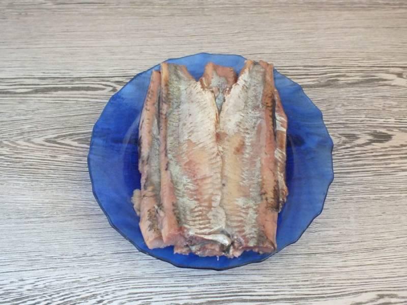 Пока охлаждается маринад, разделайте селедку на филе.
