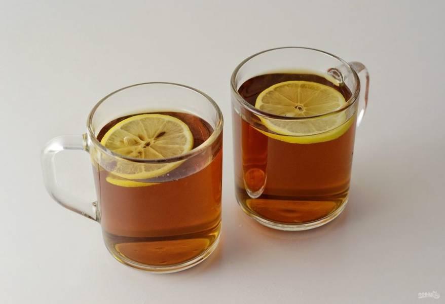Дайте напитку немного настояться, а перед подачей добавьте в стаканы дольки лимона.