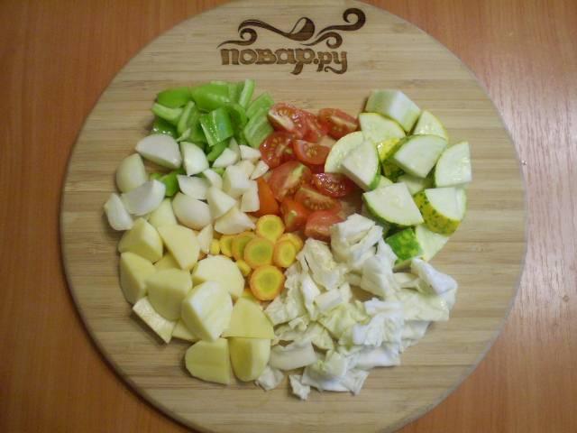 Все овощи порежьте примерно одинаковыми кусочками.