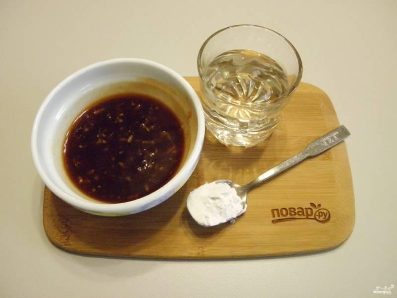 7. Теперь, пока овощи и мясо жарятся, приготовьте соус для свинины. Смешайте соевый соус с давленым чесноком, сахаром, томатной пастой, уксусом и имбирем. В стакане воды разведите крахмал и соедините все. Перемешайте.
