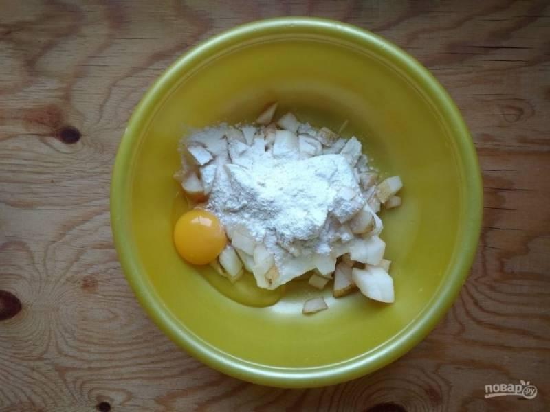 3. Потом соедините яйцо с сахаром, мукой, творогом и грушей.