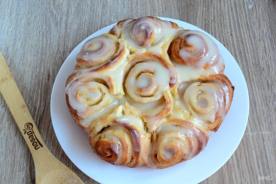 Полейте готовые булочки помадкой. Поскольку булочки еще горячие, помадка будет таять, растекаясь по их поверхности и проникая между слоями.