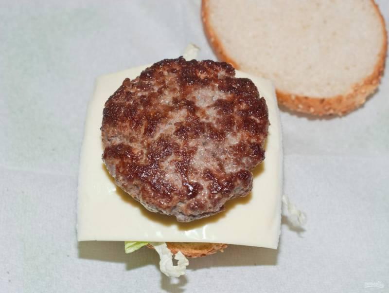 4. Формируйте бургер по вашему вкусу, но котлету обязательно положите на лист салата с соусом.
