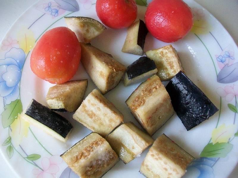 А пока займемся овощами: помидоры чистим от кожуры, режем на четверти. Баклажаны порежьте квадратиками и хорошо посолите, чтобы горечь вышла. Овощи смажьте подсолнечным маслом.