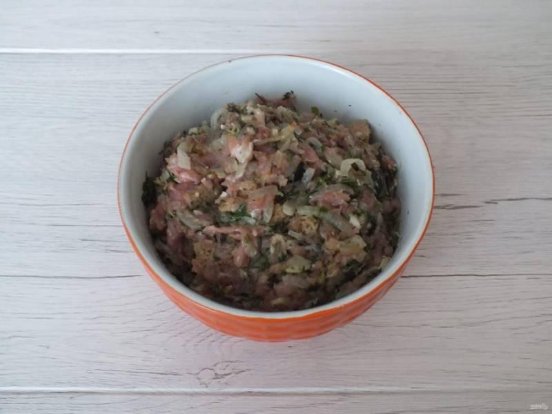 Лук с хлебом добавьте в фарш. Добавьте соль, перец и тщательно вымешайте, постепенно вводя сливки.
