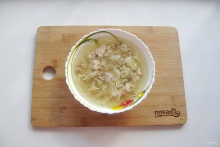Добавьте измельченный чеснок и залейте бульоном с желатином. Отправьте в холод до полного застывания.