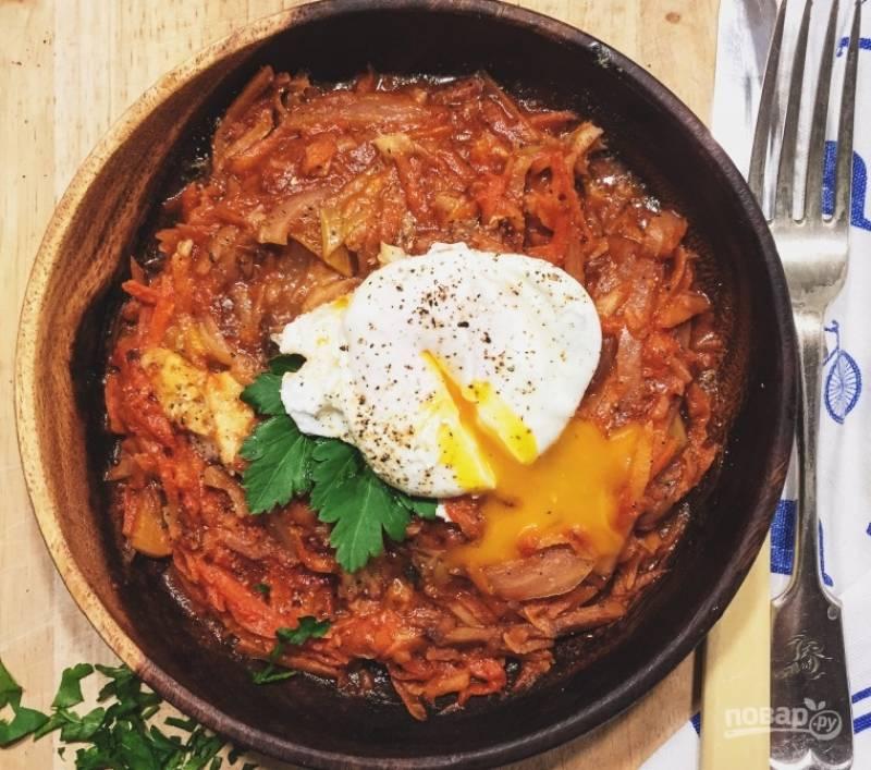 3.Достаю рыбу из духовки, выкладываю на нее тушеные овощи, кладу лавровый лист, душистый перец, тушу овощи в духовке еще 10 минут. Подаю блюдо с зеленью и яйцом-пашот.