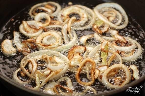 3. Лучше всего узбекский плов с нутом в домашних условиях готовить в казане, то если его под рукой нет, то используйте сотейник. Разогрейте как следует растительное масло и опустите туда сначала лук.