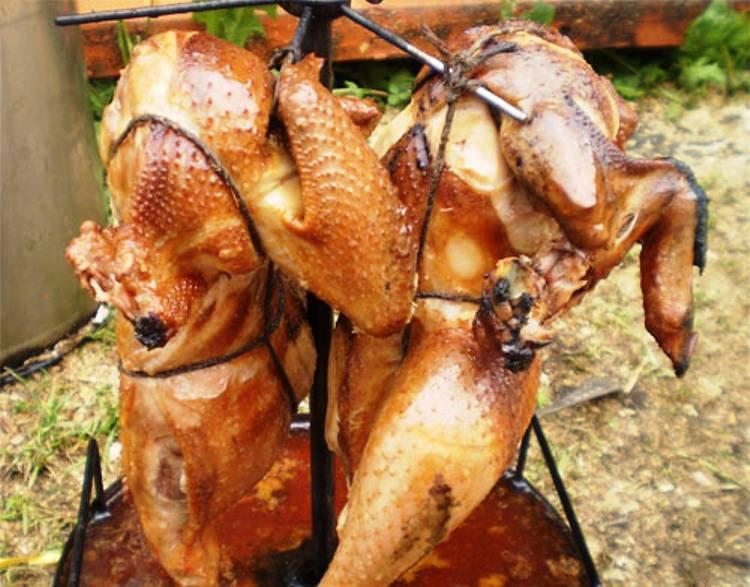 Коптите на сильном огне в течение 10 минут, затем еще полтора часа на среднем огне. Коптильню с готовой курицей открывайте только на свежем воздухе.
