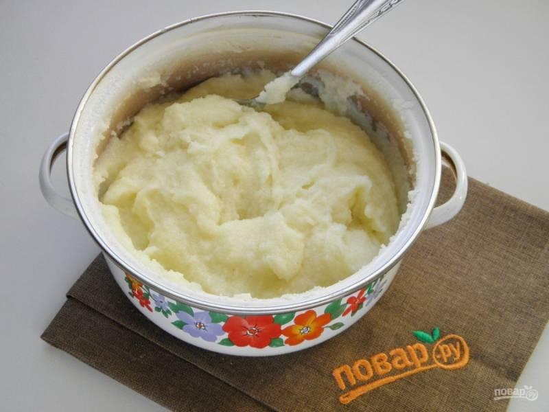 Для начала нужно сварить густую манную кашу. Доведите молоко до кипения. Всыпьте сахар. Постоянно помешивая молоко, всыпьте манную крупу тонкой струйкой, чтобы не образовались комочки. Варите около трех минут, каша должна хорошо загустеть. Снимите с огня, постоянно помешивая, остудите кашу.