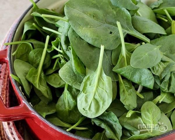 5.Вымойте шпинат и обрежьте толстую часть листа, затем добавьте его в кастрюлю.
