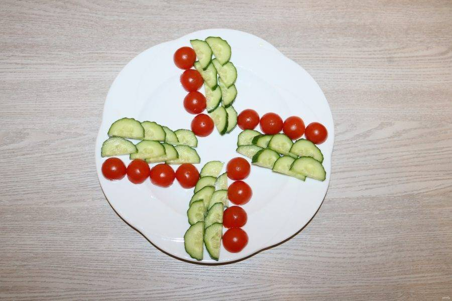 На большую тарелку выложите салат секторами.