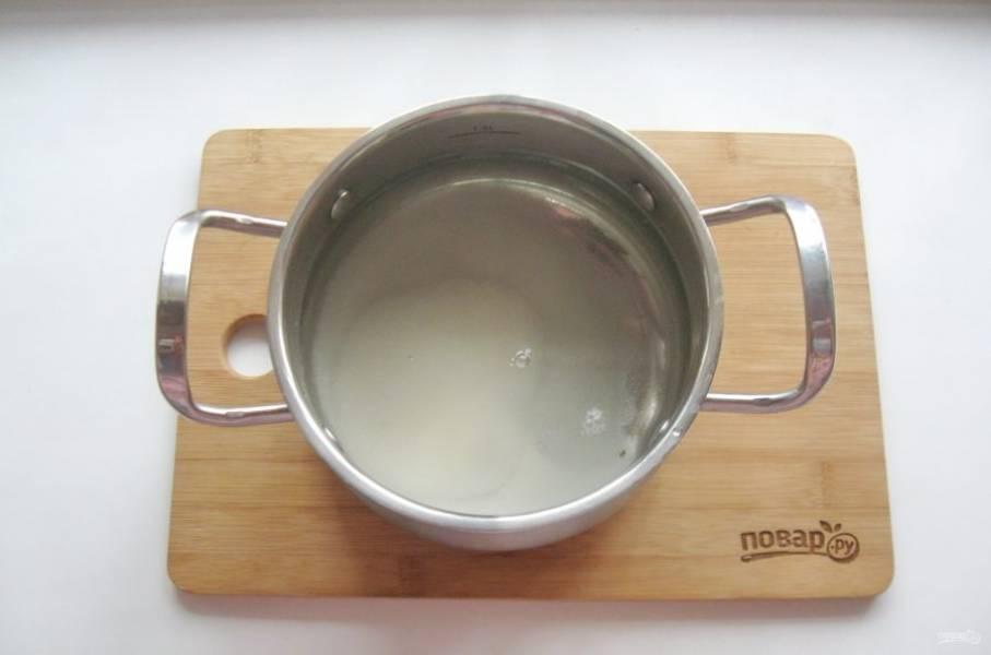 Приготовьте маринад. В кастрюлю налейте воду, добавьте уксус, соль и сахар. Поставьте на плиту, доведите маринад до кипения и проварите 2 минуты.
