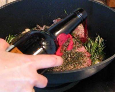 3. Теперь выливаем поверх мяса вино, снимаем с прямого огня, закрываем крышкой из фольги, и отправим в разогретую духовку на 2 часа.