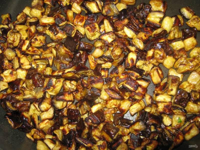 3.Переложите баклажаны в миску и полейте немного оливковым маслом, перемешайте. Сковороду разогрейте с оливковым маслом и выложите баклажаны, обжаривайте их около 10 минут, все время помешивая.
