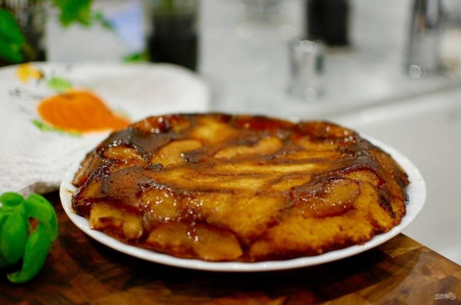 9.Достаньте пирог из духовки и спустя 7-10 минут переверните его на тарелку.