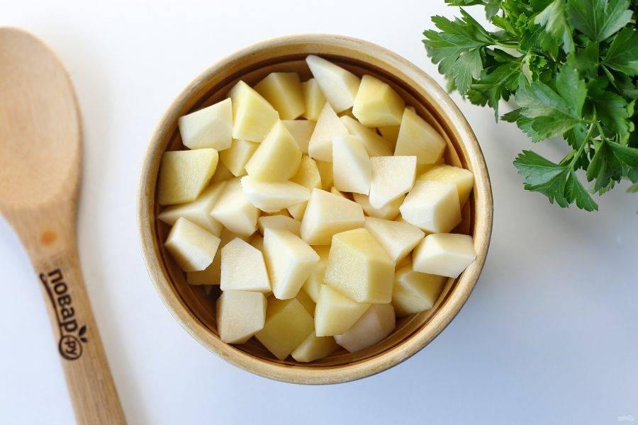 После закипания добавьте картофель, нарезанный кубиками.