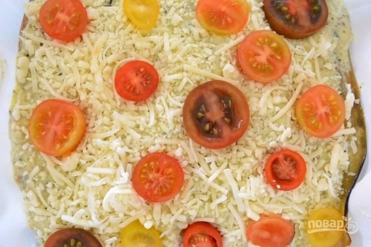 4. Сверху потрите твердый сыр и положите черри, порезанные на кольца.