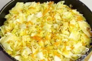 Добавляем капусту в сковороду и обжариваем еще 3-4 минуты на сильном огне.