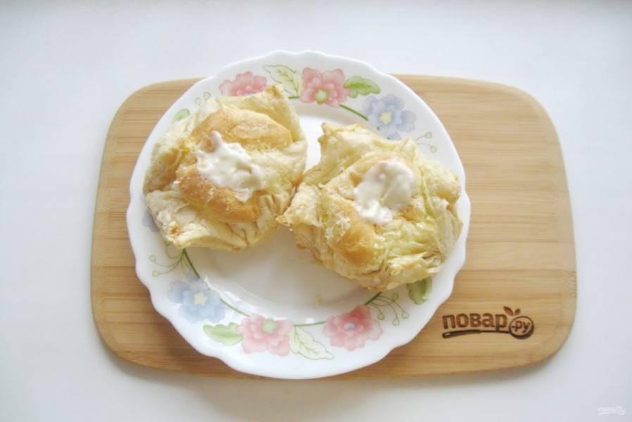 С помощью кулинарного мешка или шприца заполните пирожные кремом.