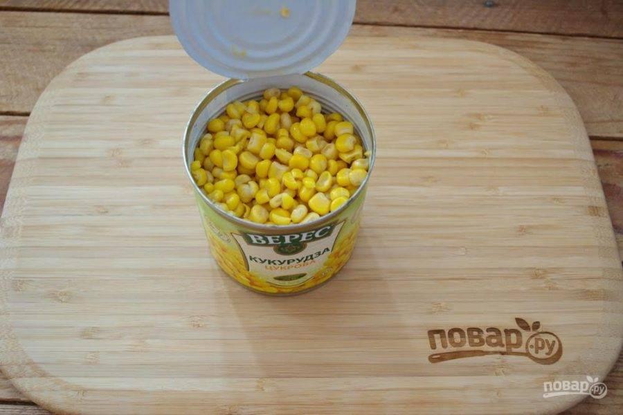 4. Откройте банку с кукурузой консервированной. Слейте воду и добавьте кукурузу в салатник.