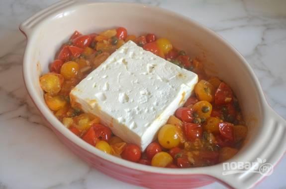 Переложите овощи в форму для выпечки. В центр выложите кусок сыра.