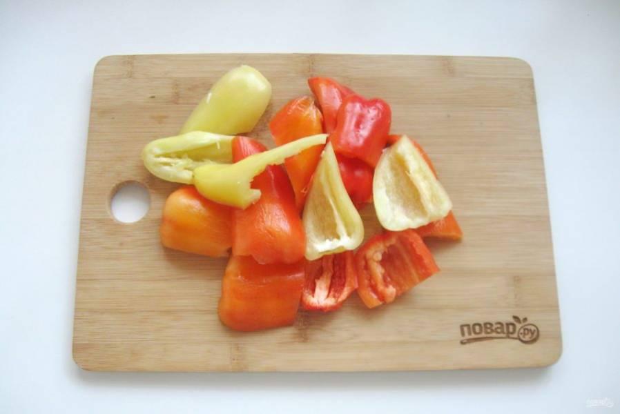 Болгарский перец помойте, очистите от семян и белых перегородок. Нарежьте не очень мелко.