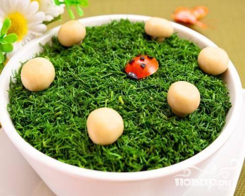 6.Салат выкладываем в салатницу или вазочку, посыпаем зеленью. Сверху украшаем грибочками.