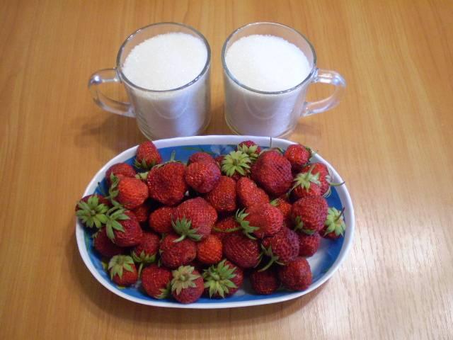 1. Приготовим сахар и клубнику.