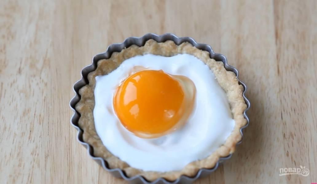 4.На основу выложите ложку сметаны, яйцо (можно использовать только желток), немного посолите.