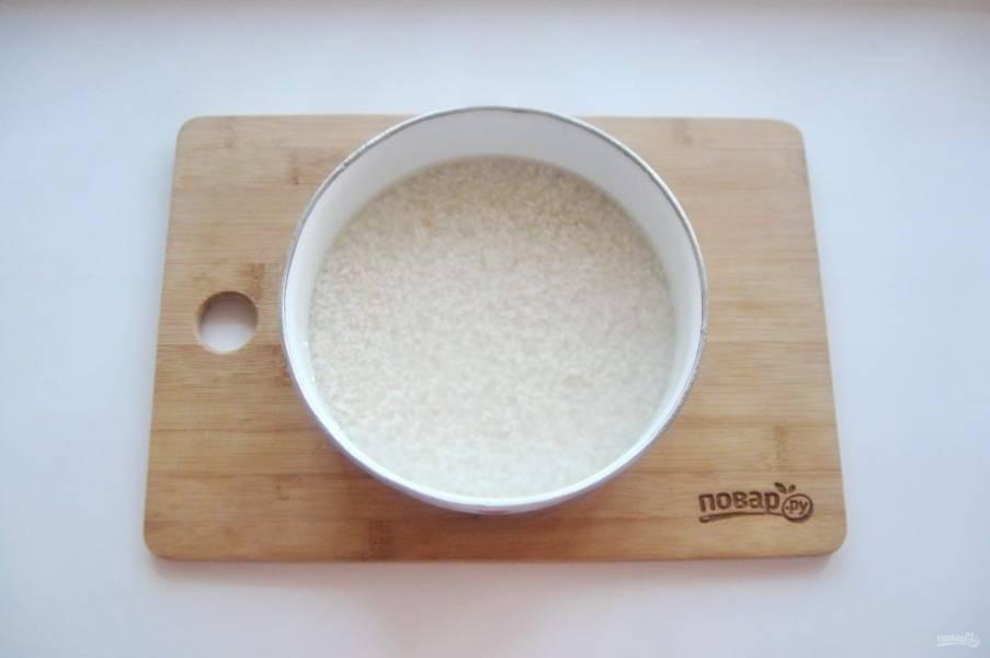 Пока готовится курица, тщательно промойте рис в 5-6 водах, чтобы плов был рассыпчатым. После залейте его горячей водой, но не кипятком, на 20-25 минут.